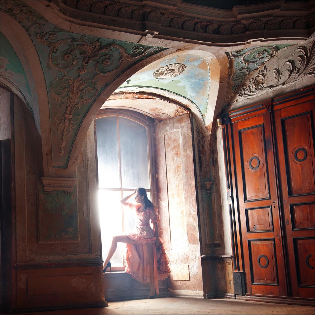 Acrylglas vrouw bij raam 100x100
