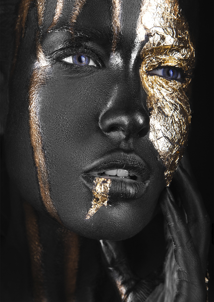Golden woman op glas 70x100