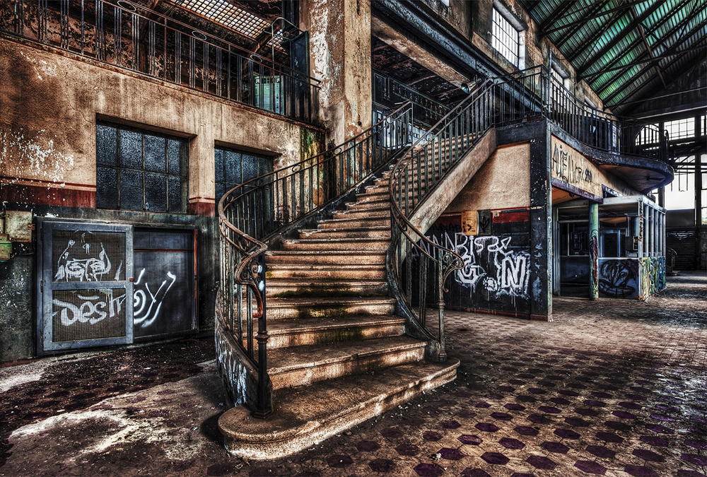 Verlaten gebouw met graffiti op glas 80x120