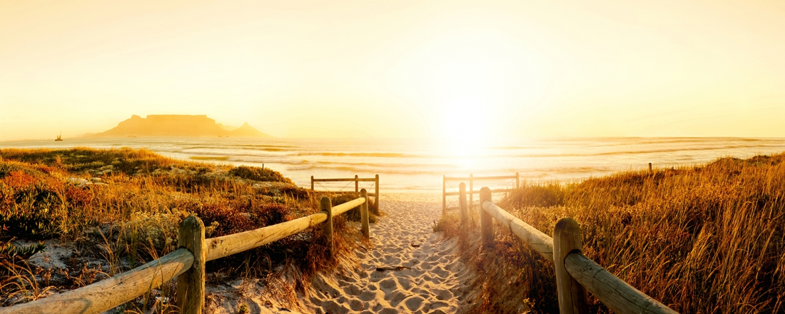 Zonsondergang aan het strand op glas 50x125