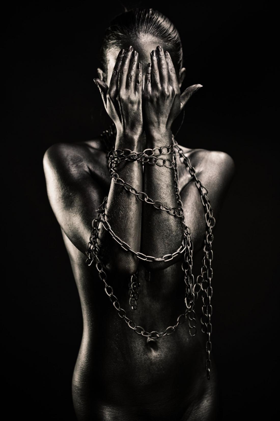 Fotokunst vrouw met kettingen 100x75
