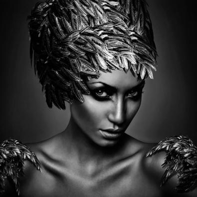 Vrouw met veren op glas 100x100