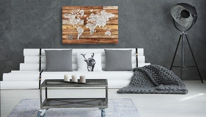 Wereldkaart op hout woonkamer